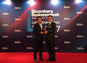 Gary So, Deputy Managing Director of Kerry Logistics (left), receives the Bloomberg Businessweek/Chinese Edition - Listed Enterprises of the Year 2017