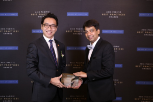 Mr Alex Ng, Executive Director of Kerry Express (left), received the Asia Pacific Regional E-Commerce Logistics Service Provider of the Year award from Mr Ajay Sunder, Vice President of Frost & Sullivan.