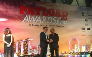 Gary So, Deputy Managing Director of Kerry Logistics (left) receives the Global Logistics Provider of the Year award and the Regional Express Provider of the Year award at the Payload Asia Awards 2017